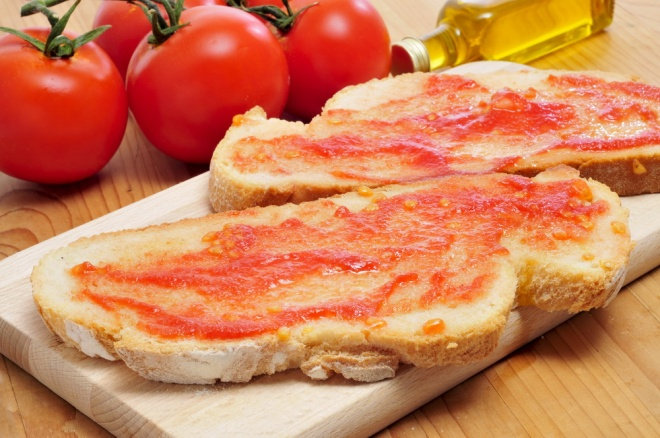 Catalan bread with tomato