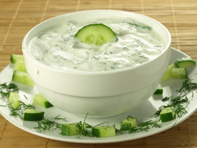 Sauce with yogurt and cucumber for start1_resize
