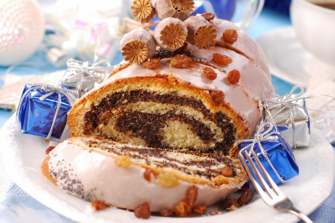 traditional poppy cake with icing and raisins for christmas_resize